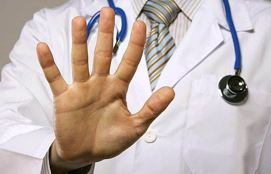 Medico picchiato dal paziente perché non gli rilascia un certificato falso